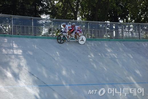 대전장애인사이클연맹 선수들이 트랙 상단을 빠른 속도로 타고 있다. 이 팀의 이동훈 선수는 2차 트랙 경기 남자스프린트200m에서 금메달을 차지했다./사진=이고운 기자