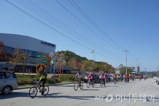 상주자전거박물관을 지나는 녹색자전거열차 참가자들/사진=이고운 기자