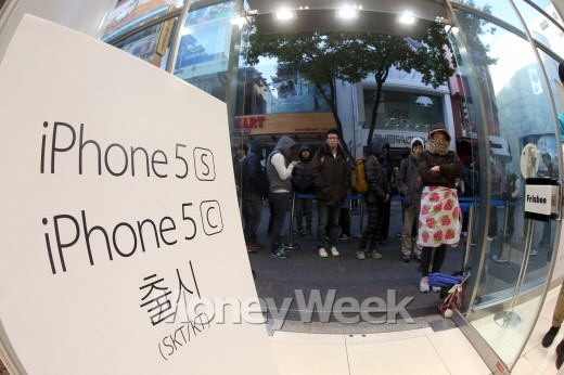 애플 아이폰5s와 아이폰5c의 국내 판매가 시작된 25일 오전 서울 명동 애플 리셀러 매장인 프리스비 앞에 구매자들이 기다리고 있다(서울=뉴스1 한재호 기자).