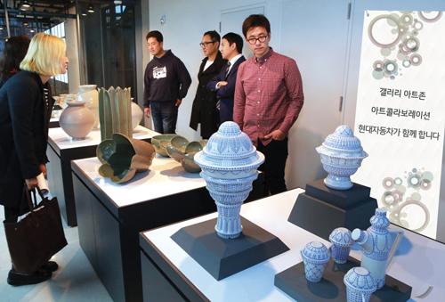 관람객들이 국립현대미술관 내 갤러리 아트 존에서 전시작품들을 둘러보고 있다.