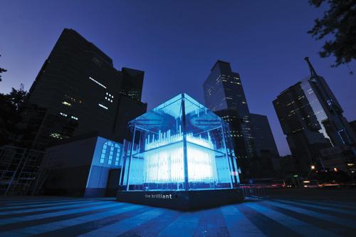 서울 강남역 엠스테이지(M-Stage)에 설치된 브릴리언트 큐브(Brilliant Cube)의 모습.