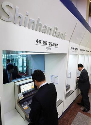 브랜드 사용료, 지주는 안받으면 안되고 은행은 내면 안되고?