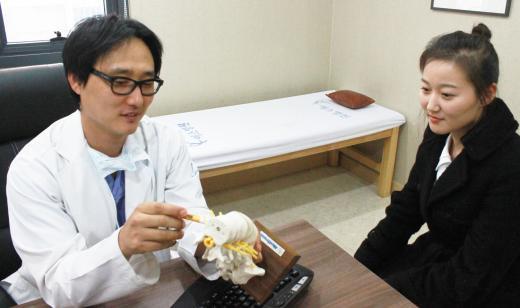 스마트폰 이용자 천만시대, 목통증 환자도 함께 늘어...