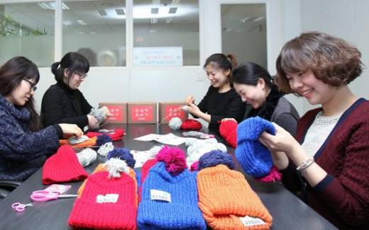 교보생명 임직원, '사랑의 방울모자 만들기' 참여