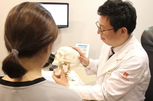안면비대칭 고민 틀어진 척추와 턱관절교정을 통해 해결