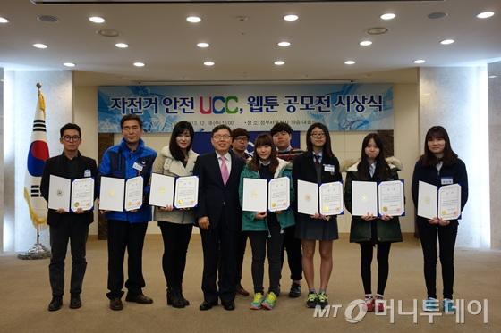 정태옥 지역발전정책관(가운데)과 수상자들/사진=이고운 기자