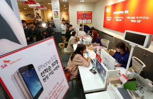 아이폰 5s와 아이폰5c 첫 판매와 개통이 시작된 25일 오전 서울 T월드카페