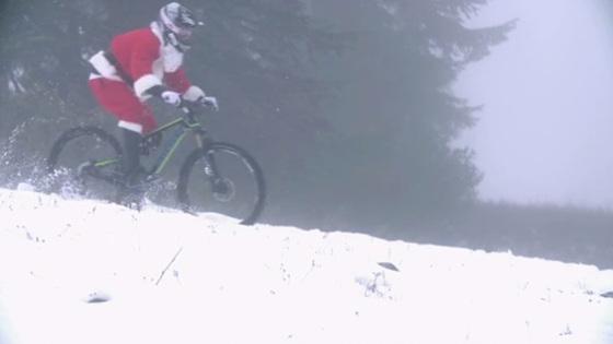 산타클로스 복장을 한 남성이 자전거를 타고 설산을 달리고 있다./이미지=동영상 캡처