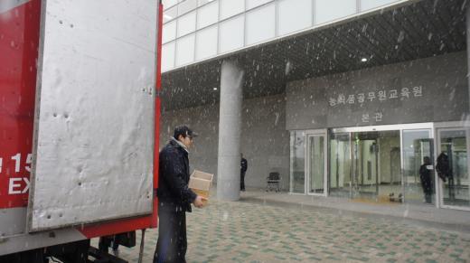 지난 19일 오후 나주혁신도시 농식품공무원교육원 본관에서 이삿짐이 옮겨지고 있다.