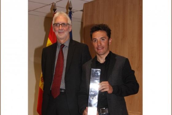 브라이언 쿡슨 국제사이클연맹회장(좌)과 랭킹1위 트로피를 받은 로드리게즈/사진=카투사팀