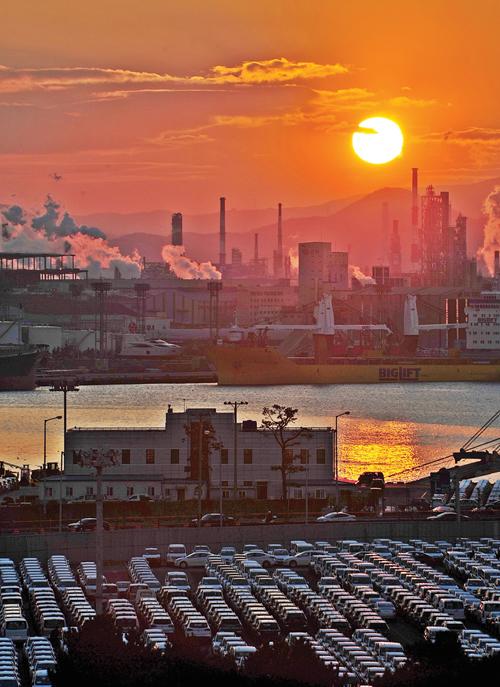 ▲ 저 멀리 울산석유화학 단지 공장 굴뚝에서는 연기가 쉼 없이 뿜어져 나오고 있다.(사진=뉴스1 노화정 기자)