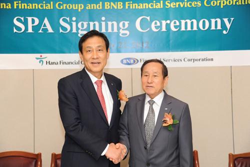김정태 하나금융그룹 회장(왼쪽)과 정삼찬 BNB지주사 이사회 의장겸 BNB은행장