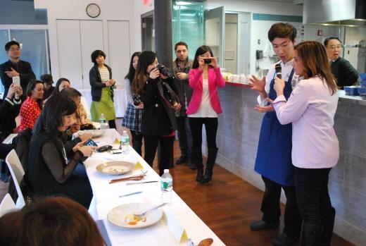 ▲요리 경연대회 참가자가 자신의 한식 요리에 대해 설명하고 있다