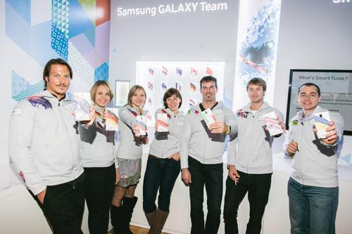 삼성 갤럭시 팀 선수들이 '삼성 스마트 올림픽(Smart Olympic Games Initiative)' 발표회에서 소치 동계 올림픽 공식 폰 '갤럭시 노트3'를 체험하고 있다 .