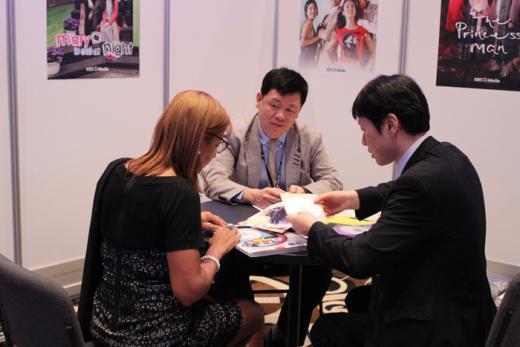 ▲NATPE 한국공동관 부스에서 바이어와 상담중인 한국 기업 관계자들(제공=한국콘텐츠진흥원)