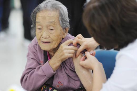 ▲만65세 이상의 어르신은 독감백신이 무료.(제공=중랑구, 출처=머니투데이DB)