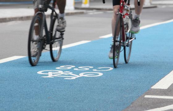 런던 자전거도로를 달리는 시민들/사진=런던교통국