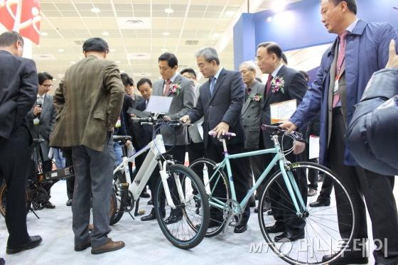 유진룡 문화체육관광부 장관(오른쪽 세번째)이 20일 스포엑스에서 알톤스포츠의 새 전기자전거를 보고 있다./사진=박정웅 기자