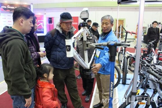 관람객들이 벨로스타의 중앙구동형방식(센터드라이브)에 관심을 갖고 있다./사진=박정웅 기자