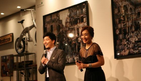 고객의 환호에 답례하는 뮤지컬 배우 양준모 김아선씨(좌우)/사진=한라마이스터
