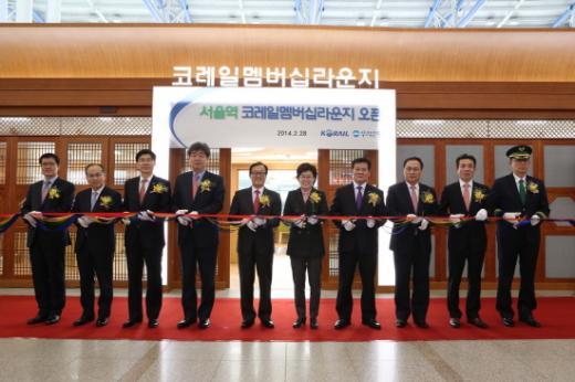 최연혜 코레일 사장(오른쪽 5번째)이 서울역 코레일멤버십라운지 오픈식에서 커팅을 하고 있다.(사진제공=코레일)