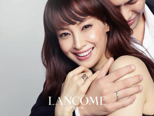 이나영 화보, 웨딩사진 느낌 물씬...로맨틱한 백허그 포즈 연출