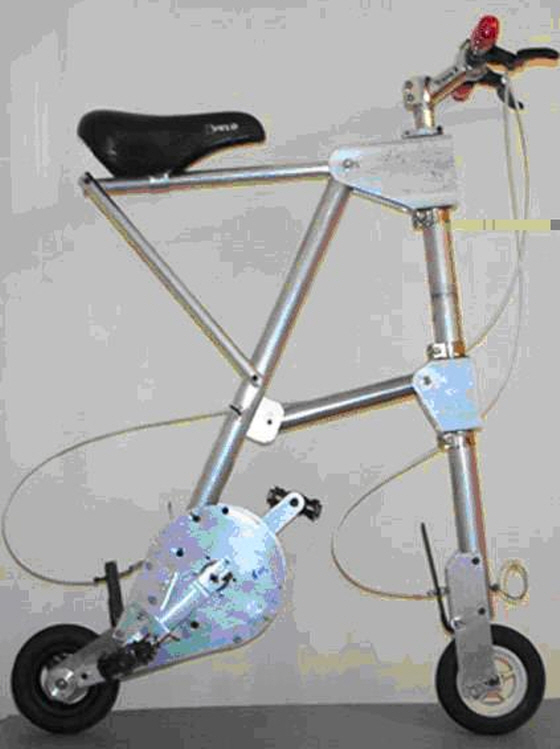 에이바이크 성능시험품(2002년경) 본 시험품은 에이바이크의 본격적인 개발에 앞서 제품화 가능성을 확인하기 위해 제작된 것이다. 확인 대상은 두 가지로서 ①목표된 사이즈의 바퀴로 보통 자전거의 속력을 낼 수 있어야 하고 ②목표된 총질량의 프레임으로 탑승자의 체중을 버틸 수 있어야 했다./사진=알렉스 칼로그룰리스