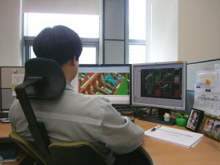 ◆대우조선해양 직원이 이번에 구축된 차세대 설계협업시스템으로 설계 작업을 수행하고 있다.