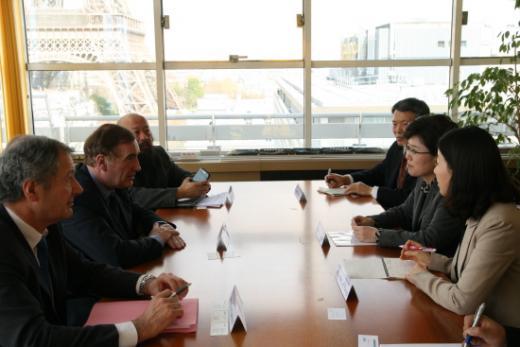 최연혜 코레일 사장이 24일 프랑스 파리에 위치한 국제철도연맹(UIC)을 방문하고 장 피에르 루비노 UIC 사무총장과 대륙철도 운영에 대한 의견을 교환하고 있다.(사진제공=코레일)