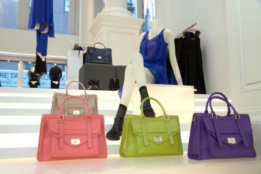 '핑크부터 퍼플까지'  올봄, 여자의 핸드백은 '컬러'로 물든다