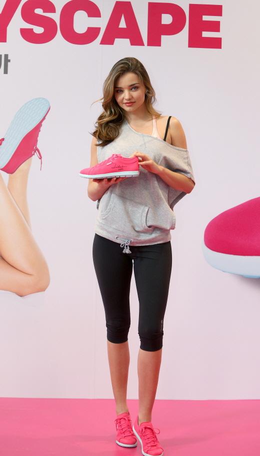 한국 찾은 미란다 커, '피트니스 룩의 완성은 신발!'