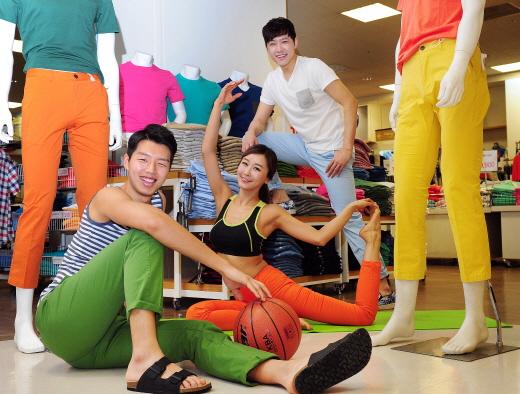 지난 3일 오전 서울 한강로동 이마트 용산점에서 모델들이 활동성을 강조한 봄 팬츠를 소개하고 있다.