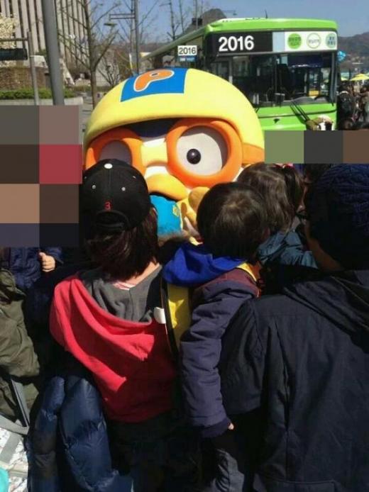▲사진=온라인 커뮤니티 6일 서울 종로구 세종로 광화문광장에 등장한 캐릭터 '뽀로로' 인형