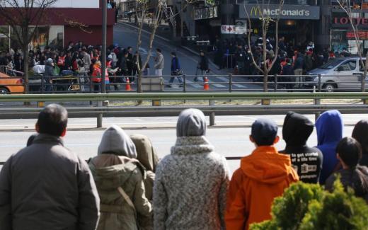 영화 '어벤져스: 에이지 오브 울트론' 촬영으로 강남역 일대에 교통이 통제된 가운데 6일 오전 서울 강남대로 인근에서 시민들이 촬영현장을 구경하고 있다.
