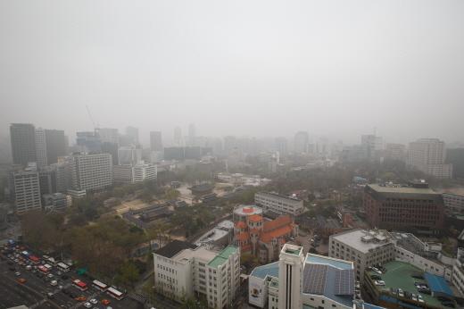 지난 9일 오전 서울 태평로 프레스센터에서 바라본 도심 일대가 짙은 안개로 뿌옇다. /사진제공=뉴스1 유승관 기자