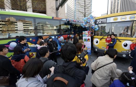 지난 6일 오후 '2014 세종로 보행전용거리' 행사에서 시민들이 '꼬마버스 타요' 체험을 하고 있다. /사진제공=서울 뉴스1 민경석 기자