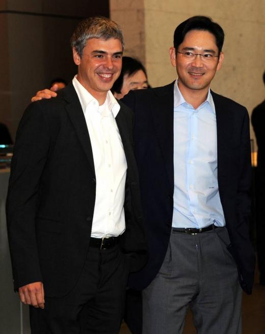 래리 페이지 구글 CEO(왼쪽)가 지난해 4월 방한 당시 이재용 삼성전자 부회장을 만나 어깨동무를 하고 있다. /자료사진=뉴스1 DB