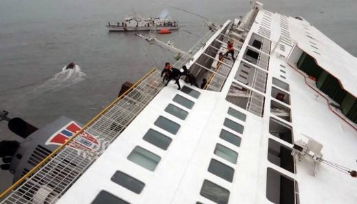 (진도=뉴스1) 김태성 기자 = 16일 오전 전남 진도군 조도면 병풍도 북쪽 20km 해상에서 여객선 세월호(SEWOL)가 침몰되자 해경과 해군, 민간선박 등이 구조작업을 벌이고 있다. 중앙재난안전대책본부는 해군함정 13척과 항공기 18대 등을 출동시켜 진도여객선 침몰 현장에서 구조 중이며 인근 섬 어선들도 출동해 구조할동을 벌이고 있다. 현재 사고해역