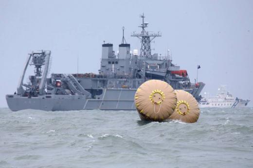 전남 진도군 관매도 인근 해상에서 인천을 출발해 제주로 향하던 6825t급 여객선 세월호 침몰 사고 나흘째인 19일 오후 사고해역에서 수색 작업이 한창이다.