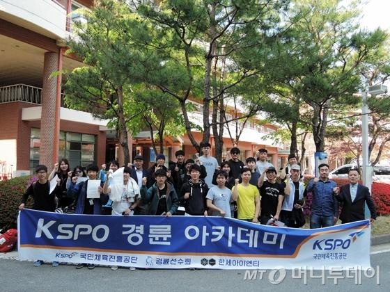 'KSPO 경륜 아카데미' 1기 참가자들이 지난 20일 영주 경륜훈련원에서 교육 수료식을 갖고 있다./사진=이고운 기자