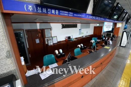 세월호 침몰사고 일주일째인 22일 인천시 중구 인천연안여객터미널에서 운항이 중단된 청해진해운의 매표소 /사진제공=뉴스1