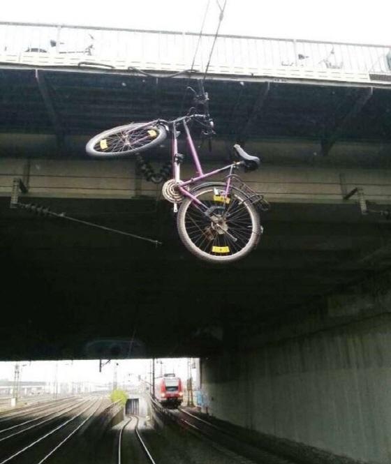 독일 뮌헨 도너스베르거브뤼케 선로 위 전기케이블에 매달린 자전거/사진=연방경찰
