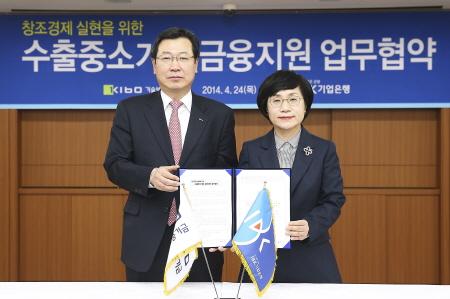 권선주 기업은행장(오른쪽)과 김한철 기술보증기금 이사장이 24일 '사후송금결제에 의한 수출채권 매입' 관련 MOU를 체결한 후 기념촬영을 하고 있다.