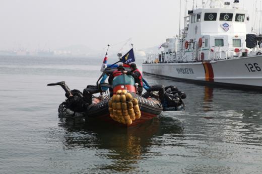 목포해경 해상특수기동대 구조팀이 지난 2월말 전용부두에서 특수구조 훈련을 실시하고 있다. /사진제공=목포해경 홈페이지