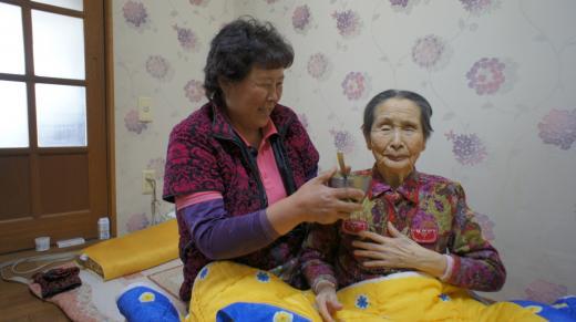 박영애씨(왼쪽)가 시어머니를 봉양하고 있다.