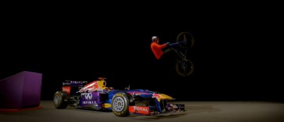 F1 머신을 뛰어 넘는 매카스킬/사진=이메지네이트 캡처