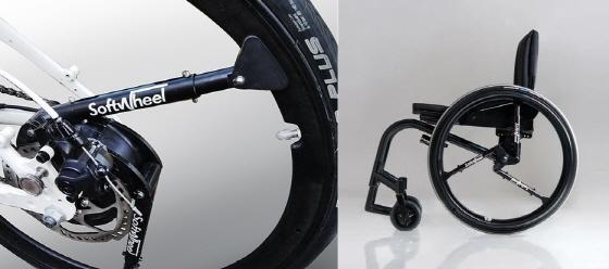 바퀴 서스펜션을 적용한 소프트휠의 휠체어용 아크로뱃휠과 자전거용 플루언트휠(좌우)/사진=소프트휠