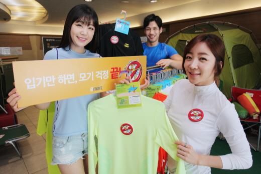 13일 서울시 용산구에 위치한 이마트 용산점에서 모델들이 해충을 쫓는 안티버그 티셔츠를 선보이고 있다. /사진제공=이마트