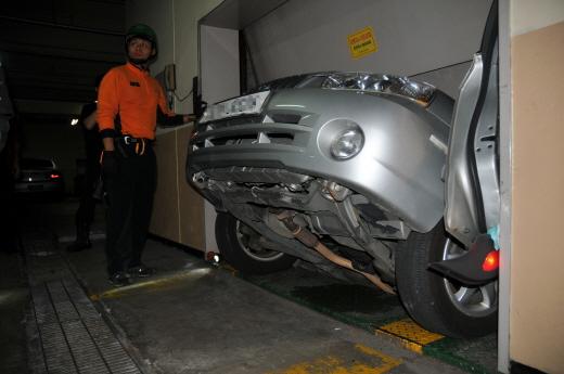 한 건물의 차량용 승강기 사고로 승용차 2대가 고립돼 있다. /사진제공=강동소방서