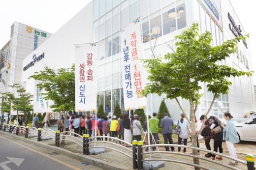 '미사강변도시 더샵 리버포레' 모델하우스 입장을 기다리는 방문객 행렬. /사진제공=포스코건설